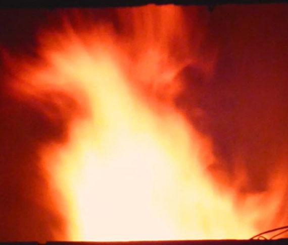 煙突から火の鳥 寒さも眠気もこの幻想を楽しみに窯焚き