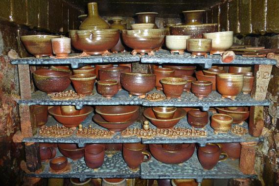 子壷もこのようにひみこ窯で誕生しました よくご覧いただくと子壷たちが観えてきます