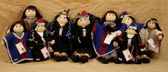 Preciosas muñecas de trapo vestidas a la usanza tradicional mapuche.