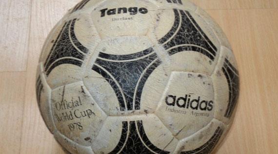 """""""Tango"""", la pelota oficial del mundial 78."""