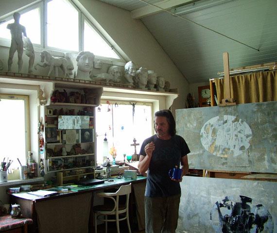 Юра в своей мастерской (фото ГМ 31 08 2009)