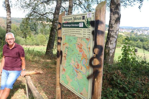 """Wandertafel des Naturpark Hochtaunus auf dem Naturparkplatz """"Schützenberg"""" in Odersbach wurde durch Vandalismus beschädigt."""