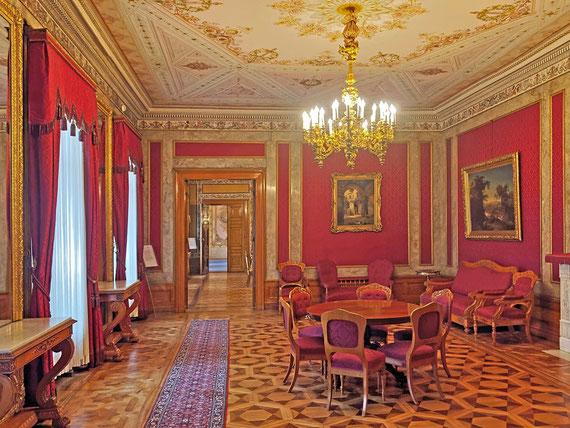 "<em>Foto: ""<a href=""http://commons.wikimedia.org/wiki/File:Roter_Salon_Stadtschloss_Wiesbaden.jpeg#mediaviewer/File:Roter_Salon_Stadtschloss_Wiesbaden.jpeg"">Roter Salon Stadtschloss Wiesbaden</a"