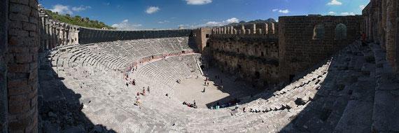 Das Amphitheater von Aspendos (Panorama aus 7 Hochformataufnahmen)