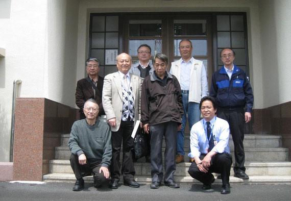 KDDI八俣送信所 玄関前で記念写真  4/25