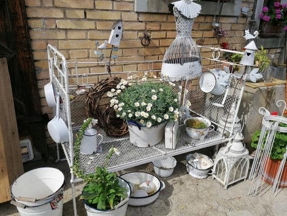 altes Kinderbettli in neuer Funktion als Gartenbettli