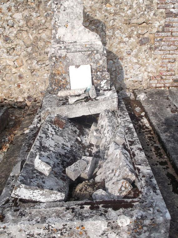 Etat de la tombe du Soldat HERVIEU quand l'AFCVM l'a découverte.