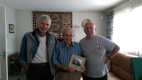 Michel MERCKEL et Michel ARGENCE offrent un exemplaire du livre LE PRIX DE LA LIBERTÉ à François MAILLARD 91 ans dernier témoin des combats de la Libération de DREUX