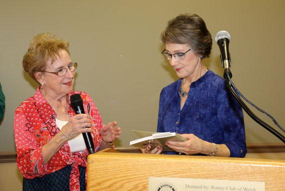 """Betty SPELL ( famille DEMAREST effectue la  présentation du livre le  """"prix de la Liberté""""  au Rotary Club de Welsh en Louisiane"""