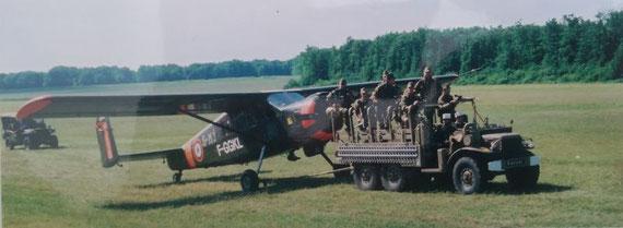 Notre DODGE 6X6 remorque un avion BROUSSARD lors le la grande parade de la LOCOMOTION EN FETE édition 2004 avec la section AFCVM des Nementchas