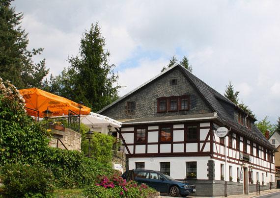 Gastliche Tradition seit 1860: Meschkes Gasthaus, Hohnstein Sächsische Schweiz Sebnitzer Straße 1 01848 Hohnstein Telefon: 035975/   8 13 88 Telefax: 035975/ 17 9