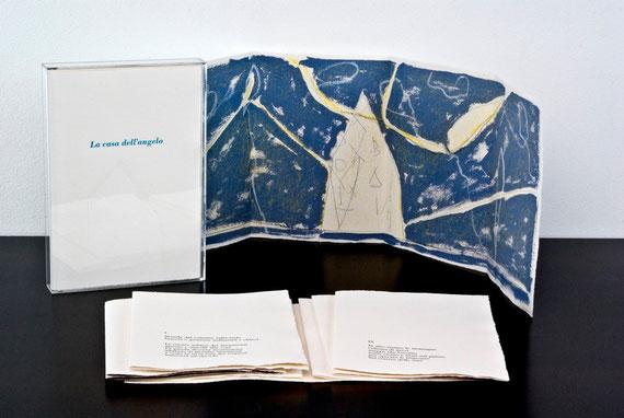 il cofanetto e il libro a fogli sciolti con una delle due opere di Pierantonio Verga a quadruplice pagina