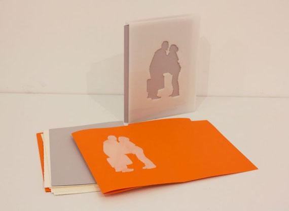 cofanetto-scultura, fogli sciolti e folder con scultura in plexiglass