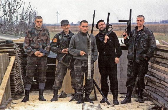 Eduardo Rozsa-Flores (s redenikom), i pripadnici njegove brigade PIV u hrvatskom Brešću u studenom 1991.