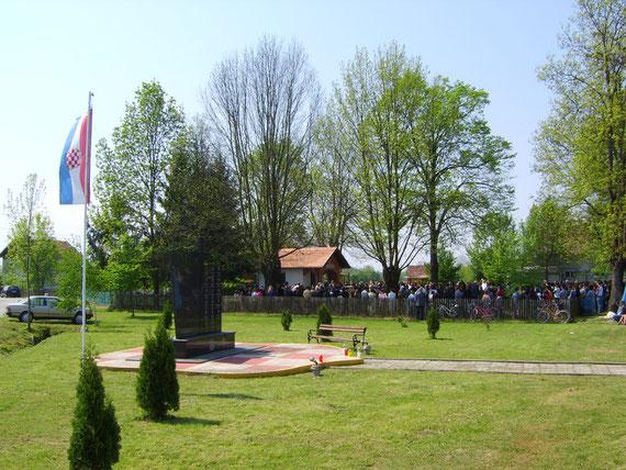 Novo Selo-Balegovac, Markovdan, 25.04.2009. Iz godine u godinu pred kapelom je sve punije.