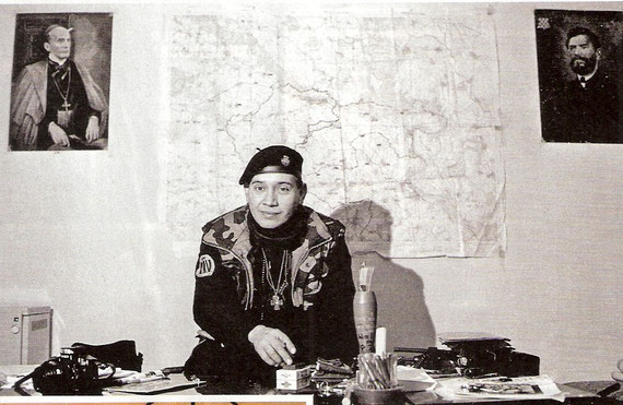 Eduardo – ekstremist / Bolivijac ispred zemljopisne karte ratnog područja. U zapovjedništvu njegove PIV brigade u Brešću.