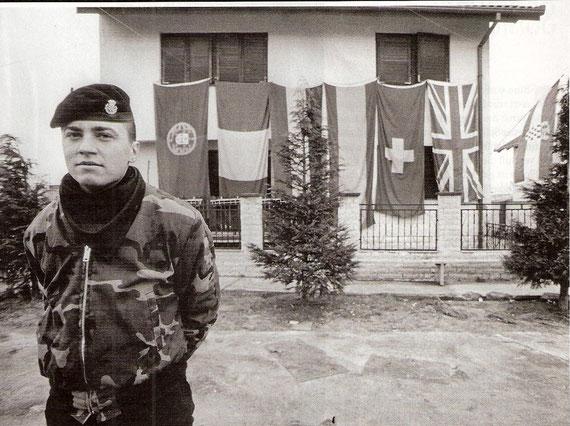 Zapovjedništvo / Uz ostale izvješena je i švicarska zastava