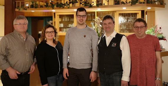 v.l. Schriftführer Thomas Niebler, 1. Vorsitzender Peter Windsheimer, Chorleiter Roland Nitzbon, 2. Vorsitzende Verena Beck und Schatzmeister Ernst Maul