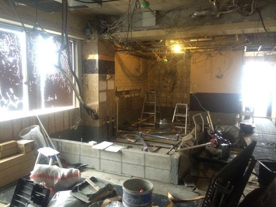ラス パパス 改装工事の様子:厨房作りと設備の配管工事