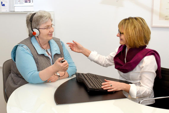 Hörakustikmeisterin Doris Gottlöber bei einer Überprüfung des Gehörs