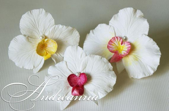 цветок может быть любого желаемого цветового решения, формы, размера, сорта, с дополнением жемчужной ветки и других желаемых элементов