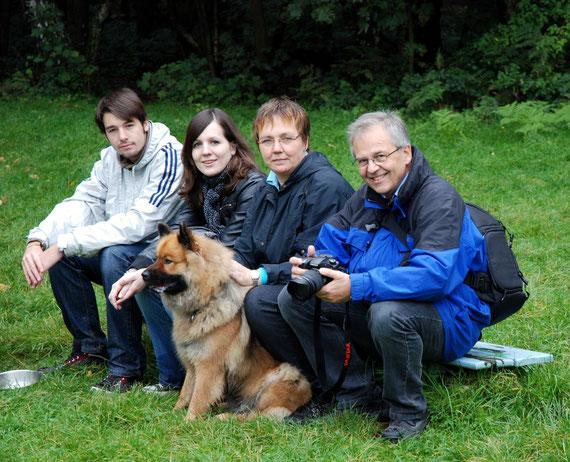 """Familienbild mit Carla, dem """"einmaligen Eurasier aus dem Bochumer Süden"""""""