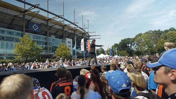 Kevin Köneke auf der NDR 2 - Showbühne bei der Saisonauftaktfeier vor dem Volksparkstadion