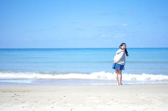 夏の海辺の小学生