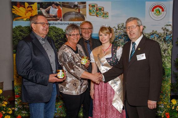 Die prämierten Honiglose wurden jeweils zur Hälfte an den Brotkorb Herborn und die Tafel des DRK in Dillenburg gespendet.