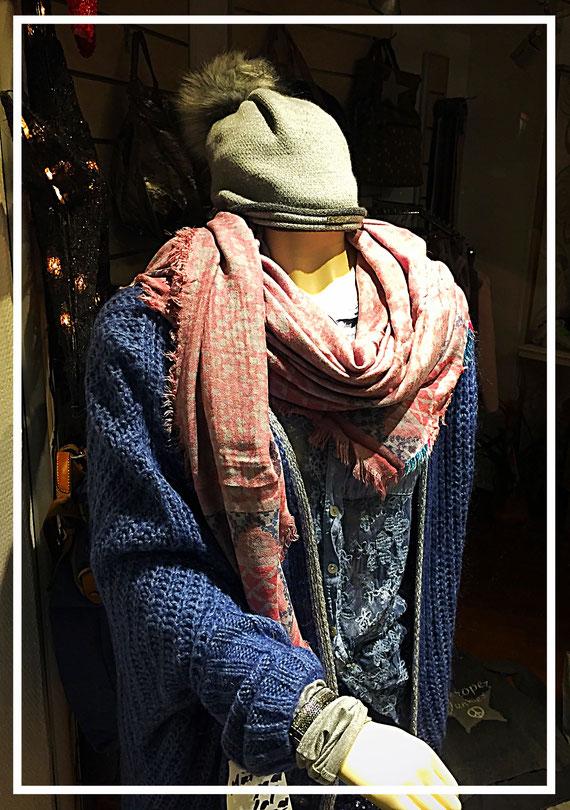 Schöne Mode, eigenwillig präsentiert - gesehen in der Fußgängerzone am 8.12.2016
