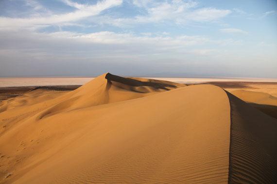 Spaziergang durch die riesigen Sanddünen am Rande des Namak Salzsees.