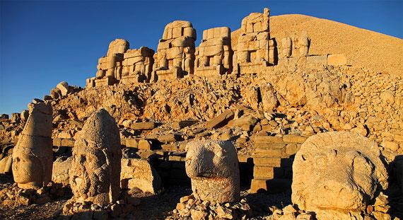 Die Steinstatuen unter dem 50 Meter hohen Grabhügel auf dem Nemrut wurden vor über 2000 Jahren von einem grössenwahnsinnigen König errichtet. Ihre bis zu zwei Meter grossen Köpfe sind bei Erdbeben heruntergepurzelt und verkörpern verschiedene Götter.