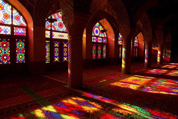 Lichtspiel im Gebetsraum der Nasirolmolk Moschee in Shiraz.