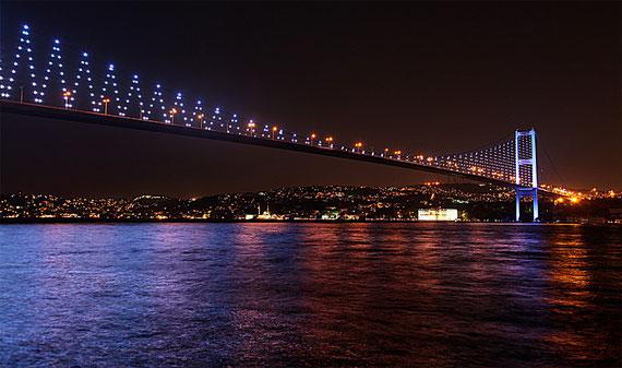 Die Brücke über den Bosporus verbindet den europäischen mit dem asiatischen Stadtteil Istanbuls.