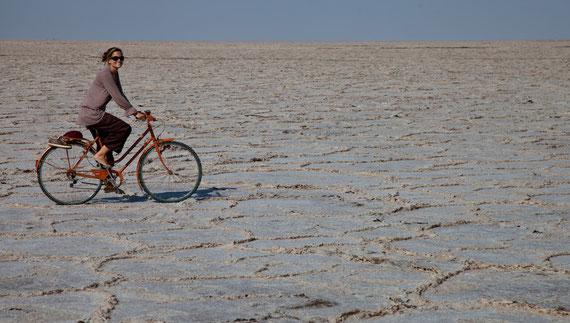 Fahradtour auf dem Namak Salzsee im Iran.