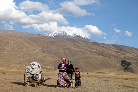 Türkische Kurdinnen vor dem höchsten Berg der Türkei (5137m), dem sagenumwobenen Ararat. Angeblich ist hier die Arche Noah gestrandet.