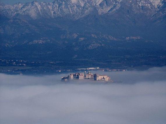 La citadelle sort de la brume, vue de la pointe de la Revelatta