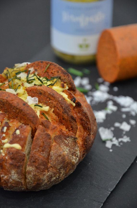 Gefülltes Zupfbrötchen mit Hanfpesto und Chorizo-Hanfling.