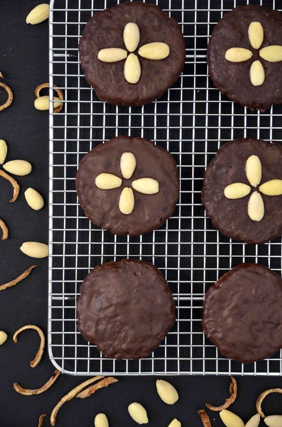 Ob mit Mandeln, Zitronenschalen oder Goldstaub: Bei der Dekoration von Lebkuchen sind der Kreativität keine Grenzen gesetzt.