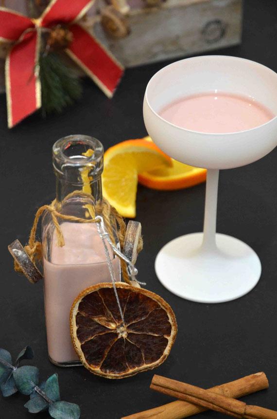 Der Sahne-Punsch-Likör kann warm und kalt genossen werden und bietet sich sicherlich nicht nur als Getränk zum Verschenken an, sondern kann auch für Desserts und ähnliches verwendet werden.