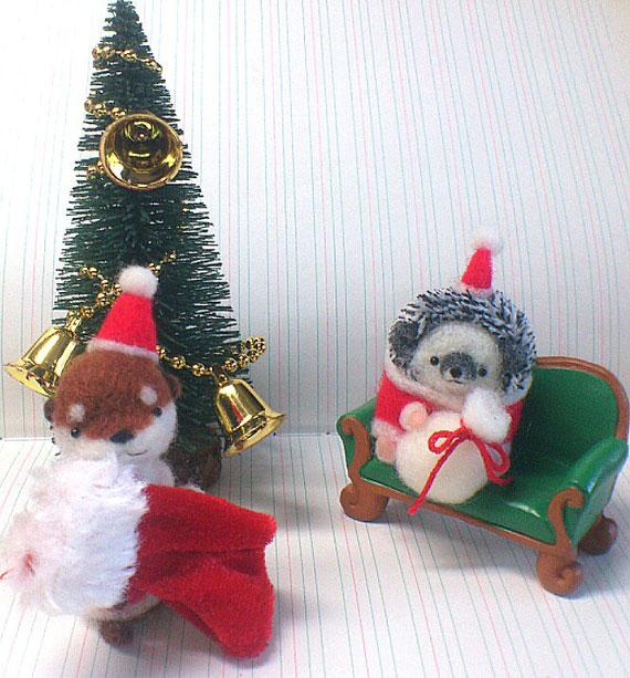 クリスマスを楽しむカワウソとハリネズミ