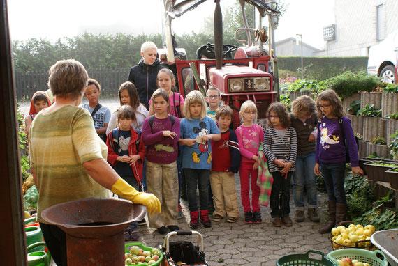 Die Äpfel stehen bereit und die Kinder warten gespannt darauf, dass es losgeht.