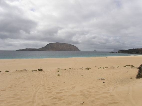 Playa de Las Conchas al fondo el islote de Montaña Clara