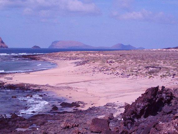 """Baja del Ganado al fondo los islotes del Roque del Infierno """"o del oeste"""" y Alegranza."""
