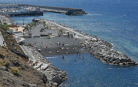Strand mit Yachthafen in Radazul