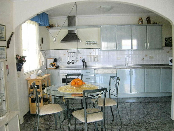 Modern eingerichtete Küche.