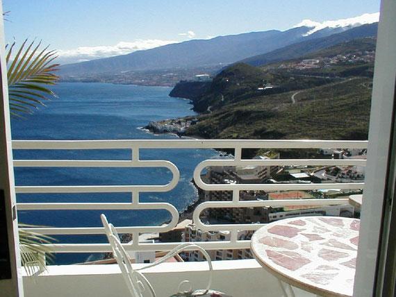 Blick vom Balkon, der an das Wohnzimmer grenzt.