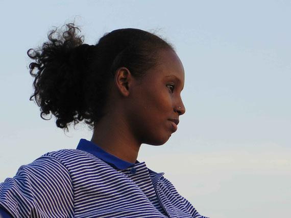 Amina qui joue Deka regarde sa ville Djibouti