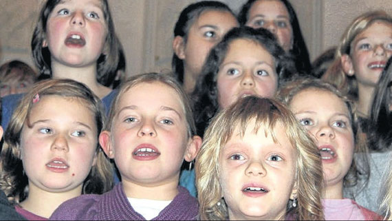 Stimmgewaltig in der Gemündener Stadtkirche: Der Schulchor sang bekannte Weihnachtslieder und begeisterte damit die Besucher, die zahlreich zu dem Konzert der Cornelia- Funke- Schule erschienen waren. Fotos:Backhaus