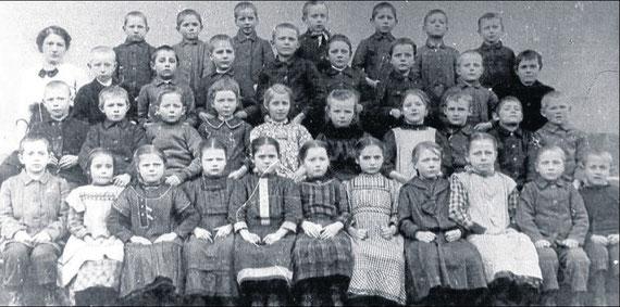 Geburtsjahrgang 1906: Diese Schüler gingen ab 1912 in die neue Gemündener Schule. Insgesamt waren es damals 278 Jungen und Mädchen in den Klassen 1 bis 6. Fotos:nh